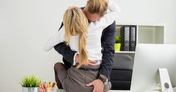pod sukni masáž penisu
